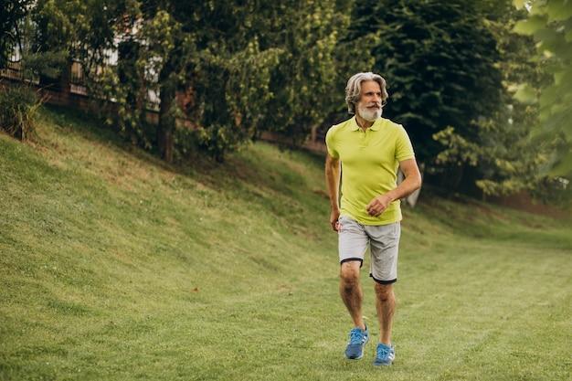 Мужчина средних лет, бег в парке