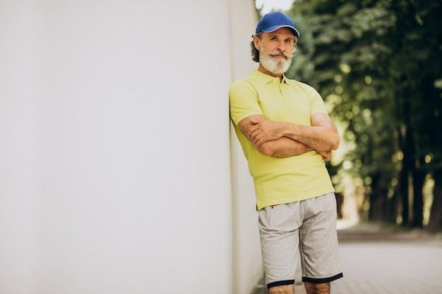 Uomo di mezza età che pareggia nel parco