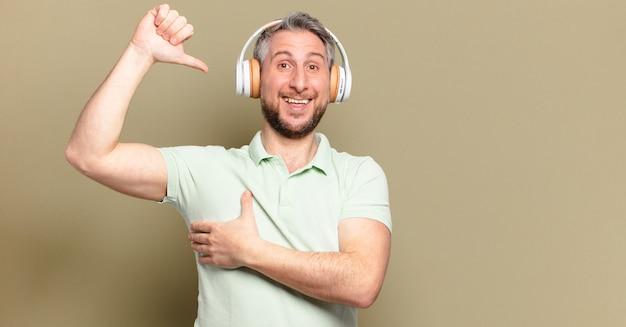 ヘッドフォンで音楽を聴いている中年男性