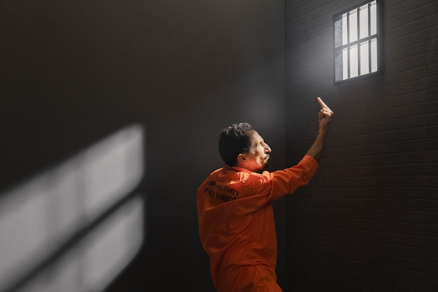 Мужчина средних лет проводит время в тюрьме