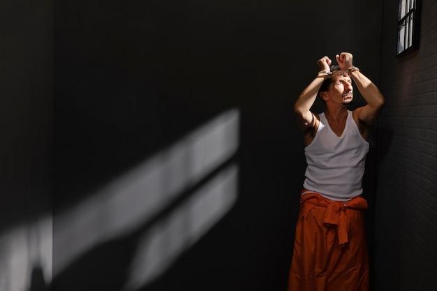 刑務所で時間を過ごす中年男性
