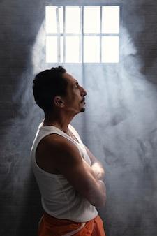Uomo di mezza età che passa del tempo in prigione
