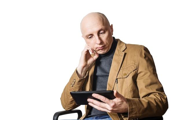 그의 손에 태블릿을 가진 중년 남자