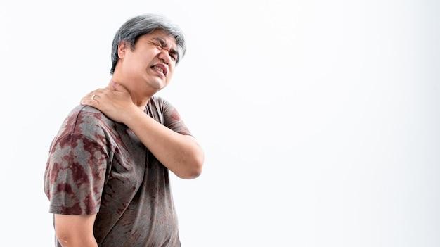 중년 남성은 흰머리가 오른쪽 어깨 통증으로 고통 받고 있습니다