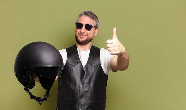 중간 나이 든된 오토바이 라이더 남자 heltmet