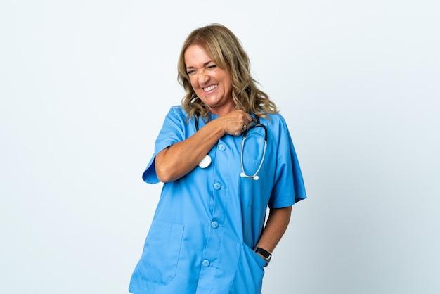 勝利を祝う孤立した背景上の中年の外科医の女性