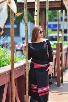 Тайская леди среднего возраста в ярких костюмах в северном тайском стиле на открытом туристическом месте в чианг май ланна, таиланд