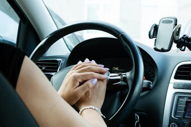車を運転している中年女性が渋滞に立っている