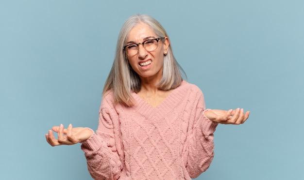 Женщина средних лет чувствует себя невежественной и растерянной, не уверенная, какой выбор или вариант выбрать, задается вопросом
