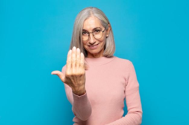 Женщина средних лет чувствует себя счастливой, успешной и уверенной в себе, сталкивается с проблемой и говорит: давай! или приветствуя вас