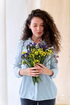 꽃을 들고 중년 여성