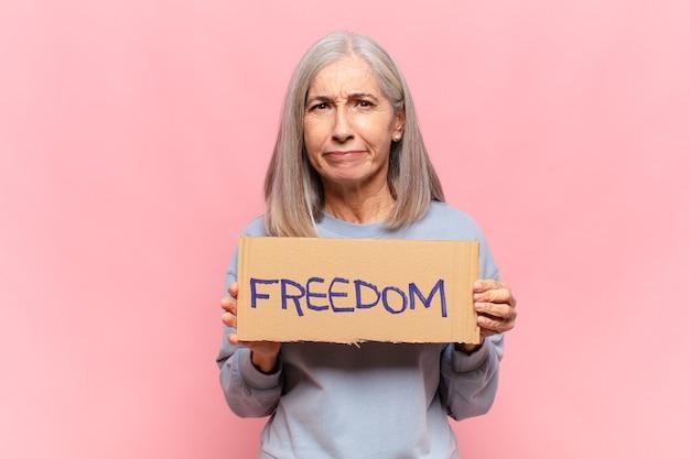 자유 배너를 들고 중년 여성
