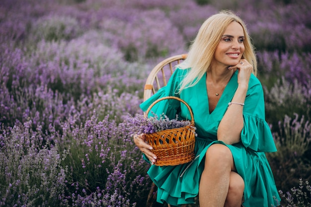 ラベンダー畑の中年女性