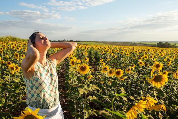 ひまわり農園の中年女性