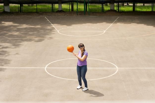 バスケットボールの試合をしている中年女性