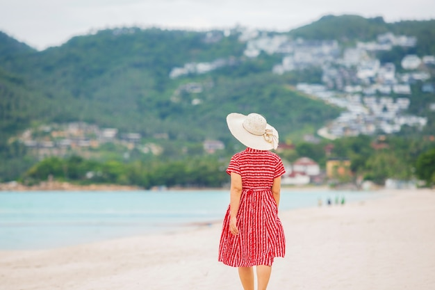 タイ、サムイ島のチャウエンビーチでリラックスした中年女性。