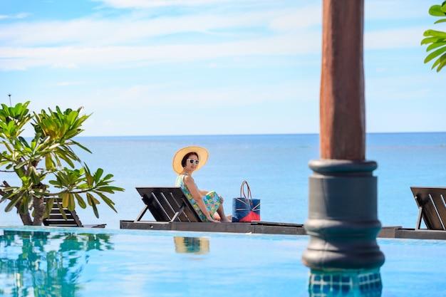 タイ、サムイ島のラマイビーチでリラックスした中年女性。