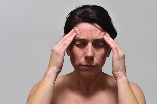 두통을 가진 중 년 여성