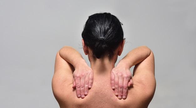Среднего возраста женщина с болью в плече