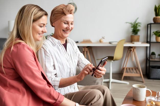 Женщина средних лет с раком кожи проводит время со своим другом Бесплатные Фотографии