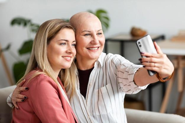 Donna di mezza età con cancro della pelle che passa del tempo con la sua amica