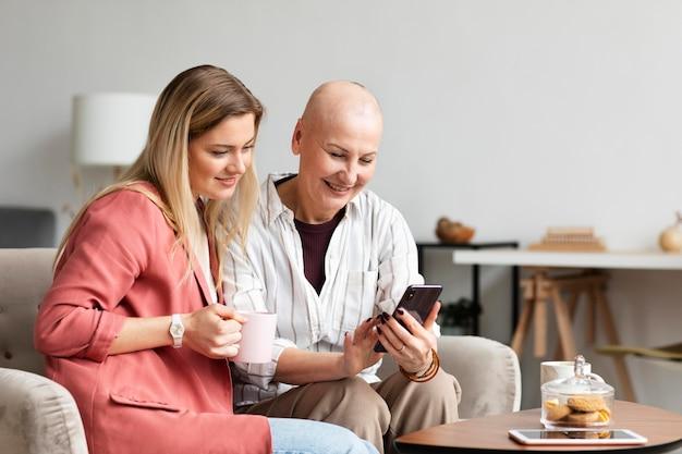 Женщина средних лет с раком кожи проводит время со своим другом