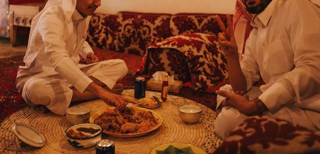 中東のランチ、伝統的な食べ物サウジアラビア。