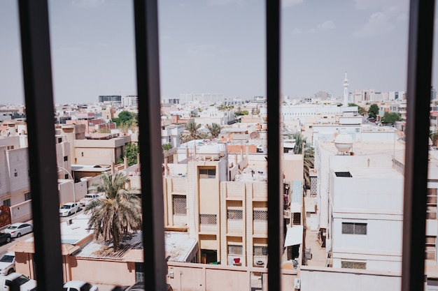 中東の街並みを望む窓。サウジアラビア、リヤド。