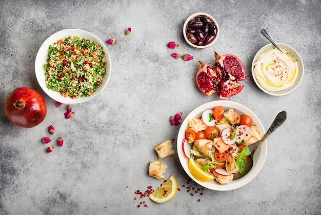 Ближневосточные арабские блюда и мезе, бетонный деревенский фон