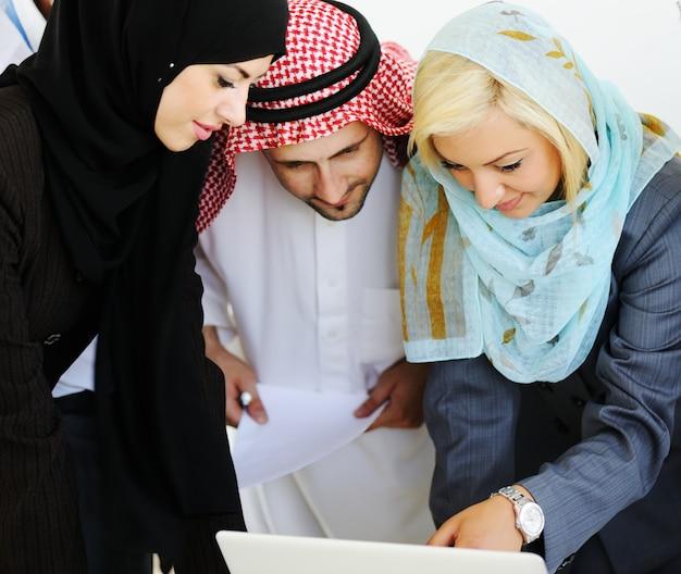 현대 사무실에서 함께 일하는 중동 사업 사람들