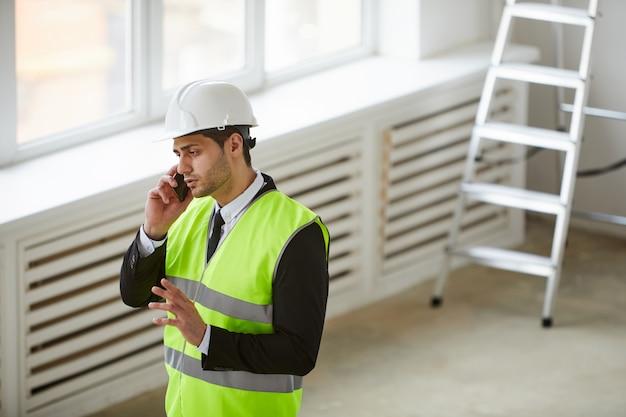 建設現場での中東のビジネスマン