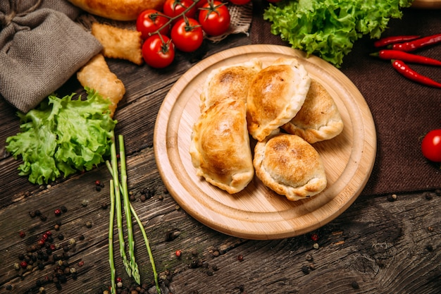 Азиатская кухня с запеченными пирогами самса