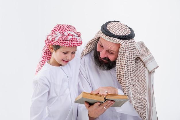 흰색 배경에 그의 아들을 가르치는 중동 아버지.
