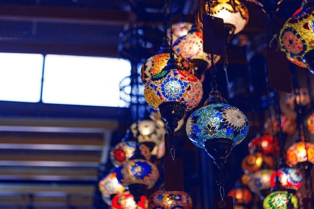 バザーにぶら下がっているさまざまな色の中東のランプ