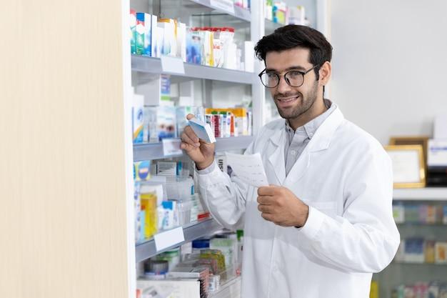 Ближневосточный фармацевт-мужчина продает лекарства пациенту в современной аптеке