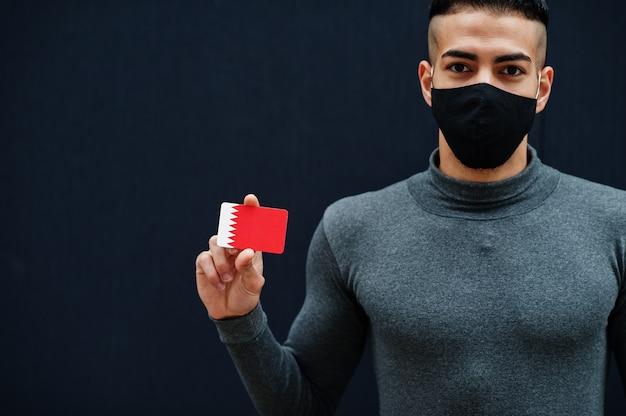 Мужчина с ближнего востока в серой водолазке и черной маске для защиты лица