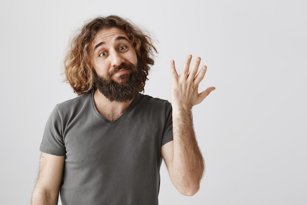 中東の男性率の平均的な製品、悪いジェスチャーとにやにや笑いを示さない