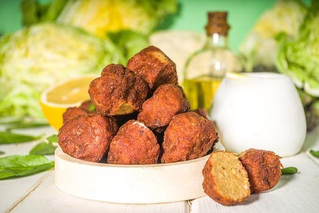 Ближневосточное или арабское блюдо, котлеты из жареного нута и фалафеля с чесночно-йогуртовым соусом