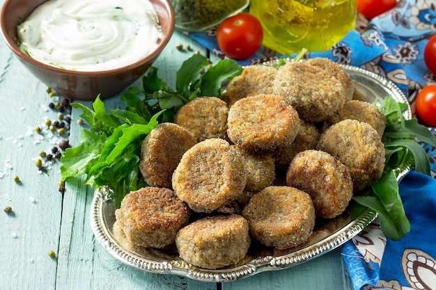中東料理またはアラビア料理新鮮なベジタリアンファラフェル緑豆のファラフェルとガーリックヨーグルトソース