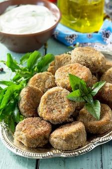 中東料理またはアラビア料理新鮮なベジタリアンファラフェル緑豆のファラフェルとガーリックヨーグルトソース Premium写真