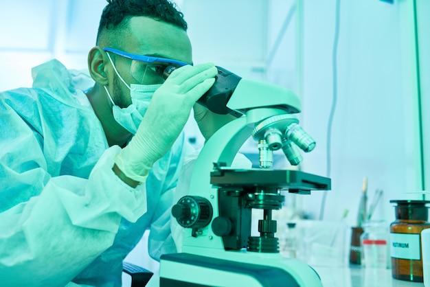 Ближневосточный ученый с помощью микроскопа