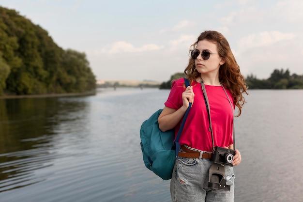 Femmina colpo centrale in posa davanti al lago