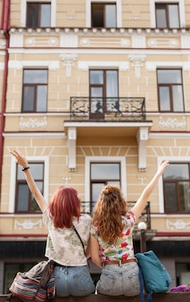 Средний план женщин, стоящих перед зданием