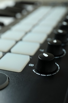Midi-клавиатура на всем фоне, крупным планом