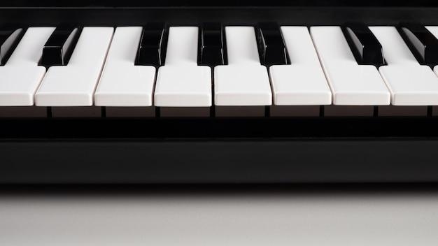 Миди-синтезатор клавиатуры, клавиши пианино крупным планом.