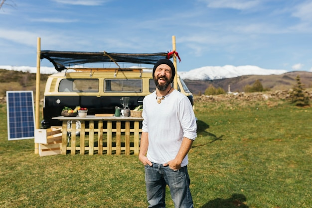 フィールド上のフードトラックバンの前で中年のクマの男