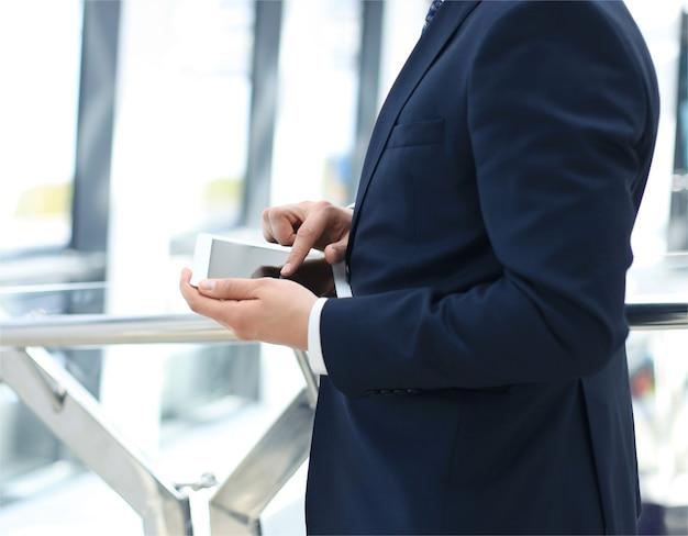 Животик бизнесмена с помощью цифрового планшета в офисе