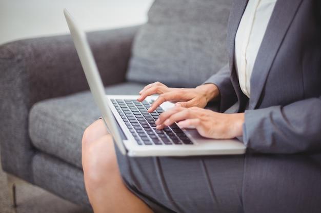 Животик bussinesswoman работает на ноутбуке