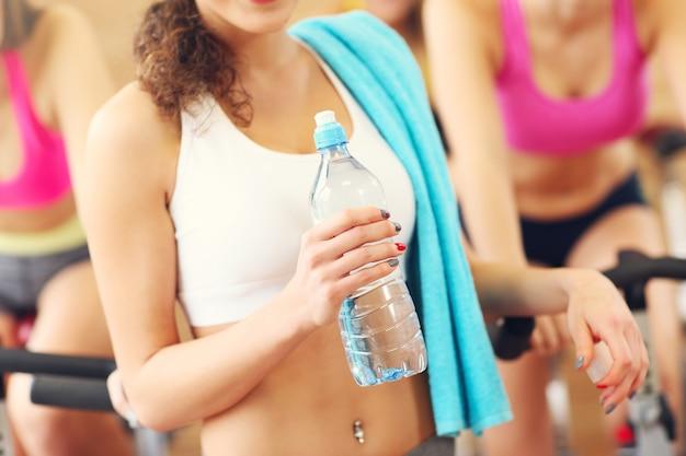 Жилет спортивной группы женщин на занятии спиннингом