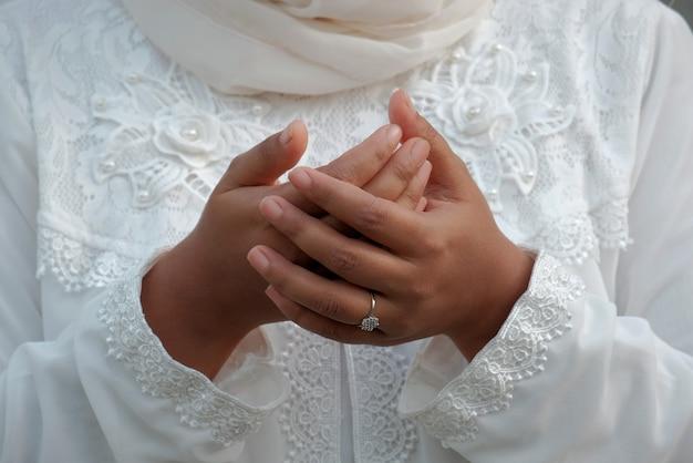 挨拶の祈りのジェスチャーで女性の手の中央部